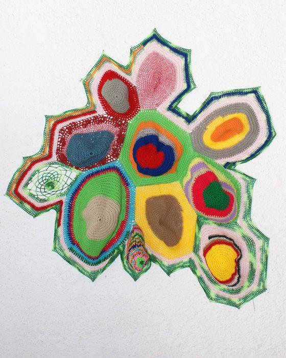 Carolina Ponte  Sem Título  2009  Escultura de crochê  120 x 120 x 40 cm
