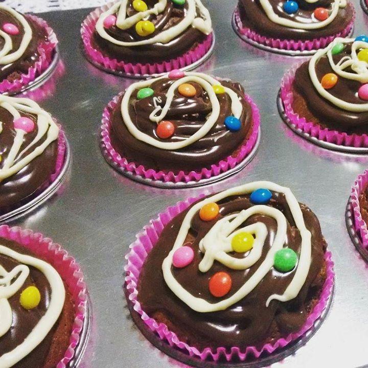 Quem quer ver essa receitinha no canal?? Cupcakes de chocolate com cobertura de brigadeiro e chocolate branco!  #receita #cupcakes #chocolate #brigadeiro #confeitos #cozinha #bolinhoingles #muffin #food #kitchen by louise_cdb http://ift.tt/1UiYhkU