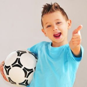 Bewegungsspiel für Kinder: Indoor-Torwandschießen