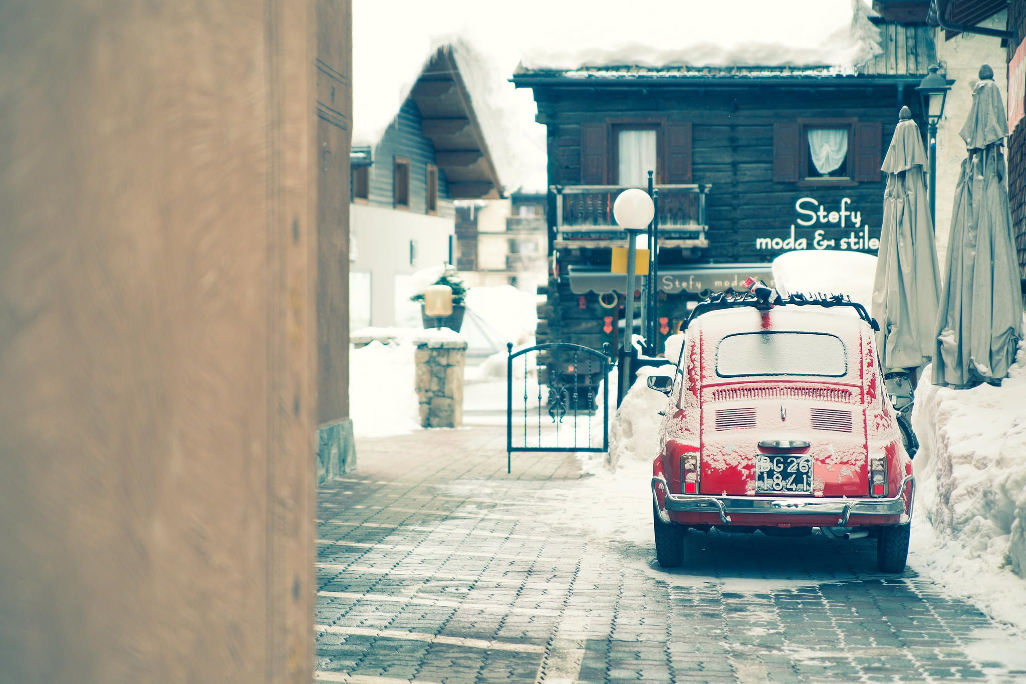 fiat 500 old and ski - Maserati Q4 Winter Tour è passato da Livigno, ma una vecchia Fiat 500 con porta sci sul tettuccio fa sempre la sua gran bella figura...
