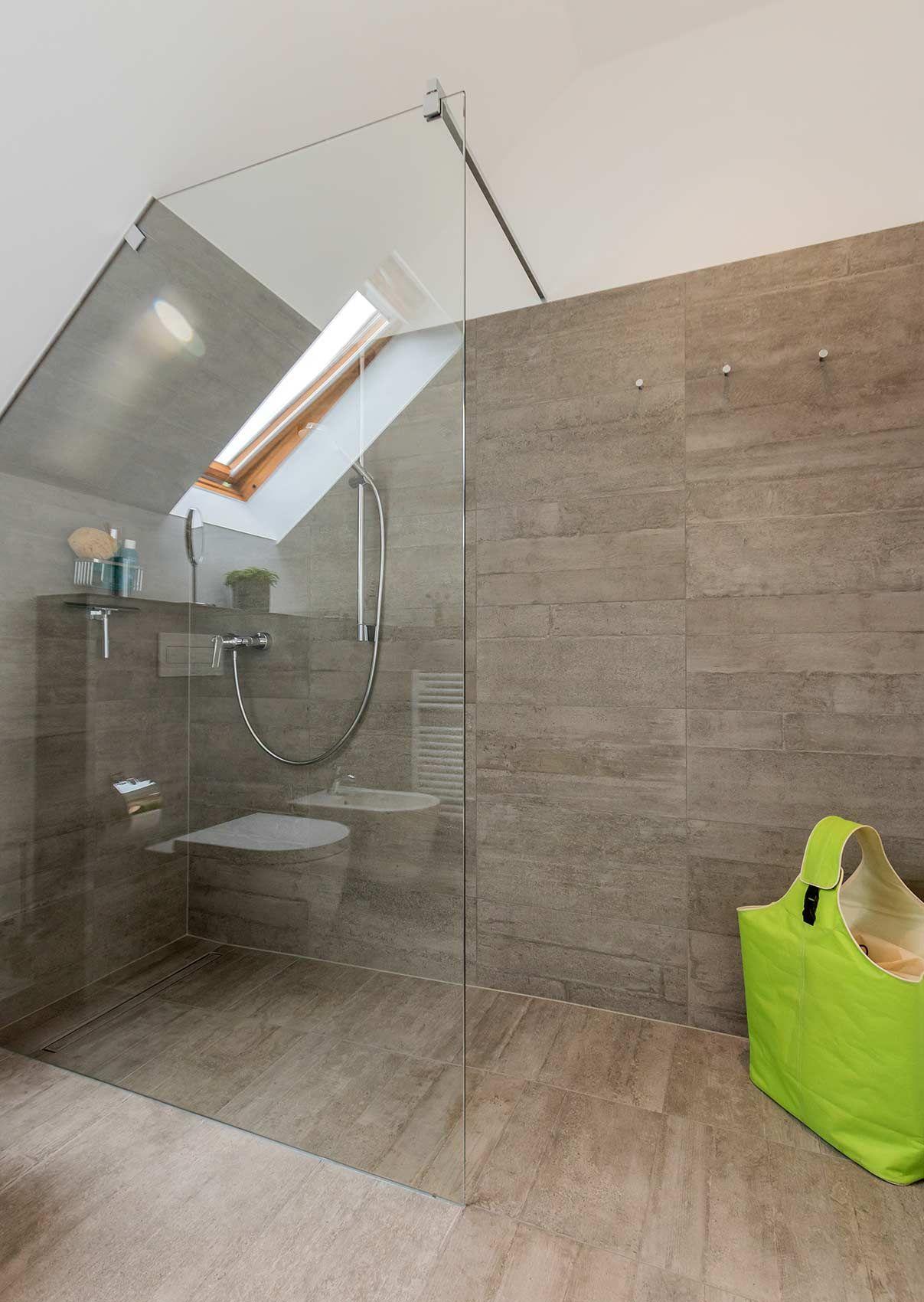 Begehbare Dusche Mit Glaswand, Die An Dachschräge Angepasst Ist
