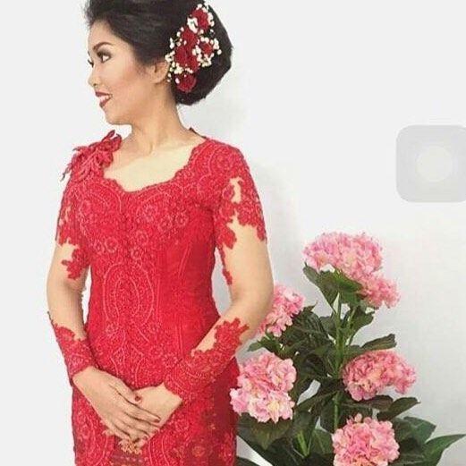 From: http://batik.larisin.com/post/139169421490/kutubaru-kebaya-kebayamodern-kebayawisuda