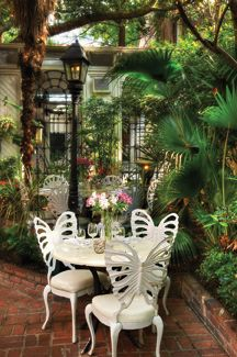 Courtyard Dining Great For Lunch 82 Queen With Images