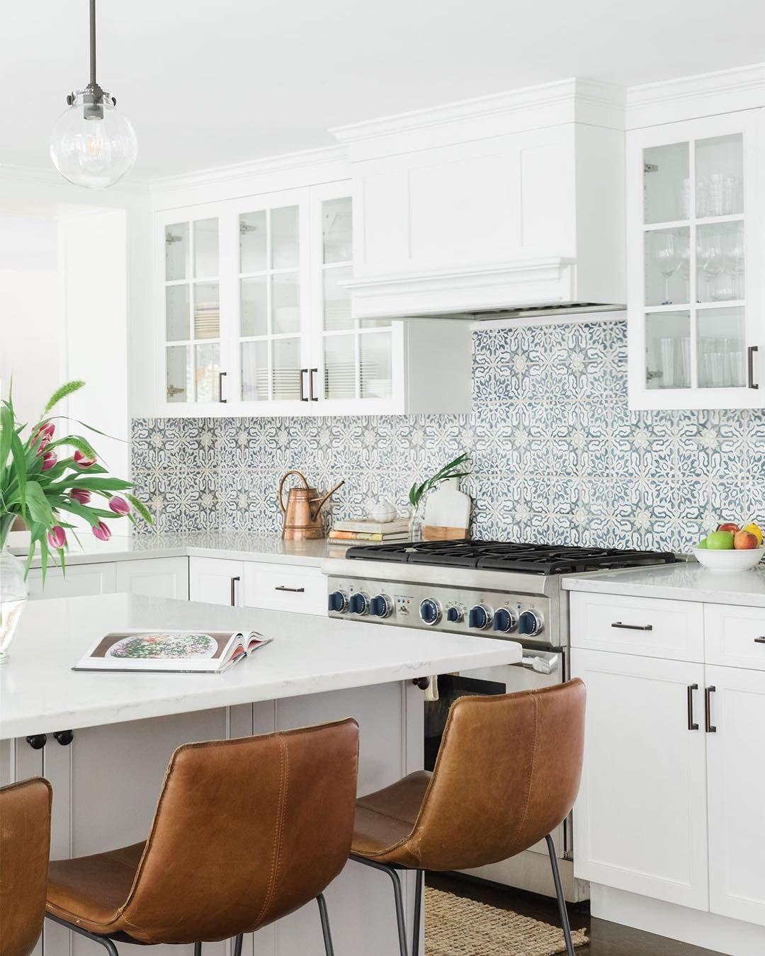 Blue and white pattern tile backsplash in kitchen   Interiors ...