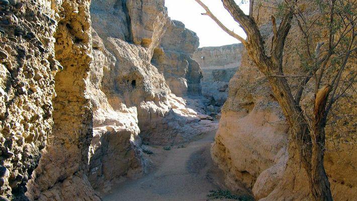 Sesriem (Namibia)  Frumusetile Africii in 25 de poze deosebite - partea 2 - galerie foto.  Vezi mai multe poze pe www.ghiduri-turistice.info  Sursa : http://en.wikipedia.org/wiki/File:Sesriem02.jpg