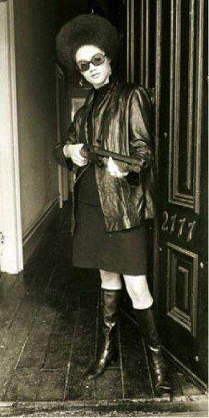Kathleen Neal Cleaver - Integrante do Partido Panteras Negras, foi a primeira mulher que fazia parte do grupo de decisões, era porta voz e secretária de imprensa do partido.
