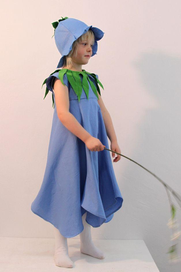 Hörst Du wie es leise klingt? Die Glockenblumenelfe singt!   Zwei in Einem: Ein Sommerkleid mit schwingendem Rockteil, das sich mit Blumenhut und Filzblätterkragen in ein Elfenkostüm verwandeln...