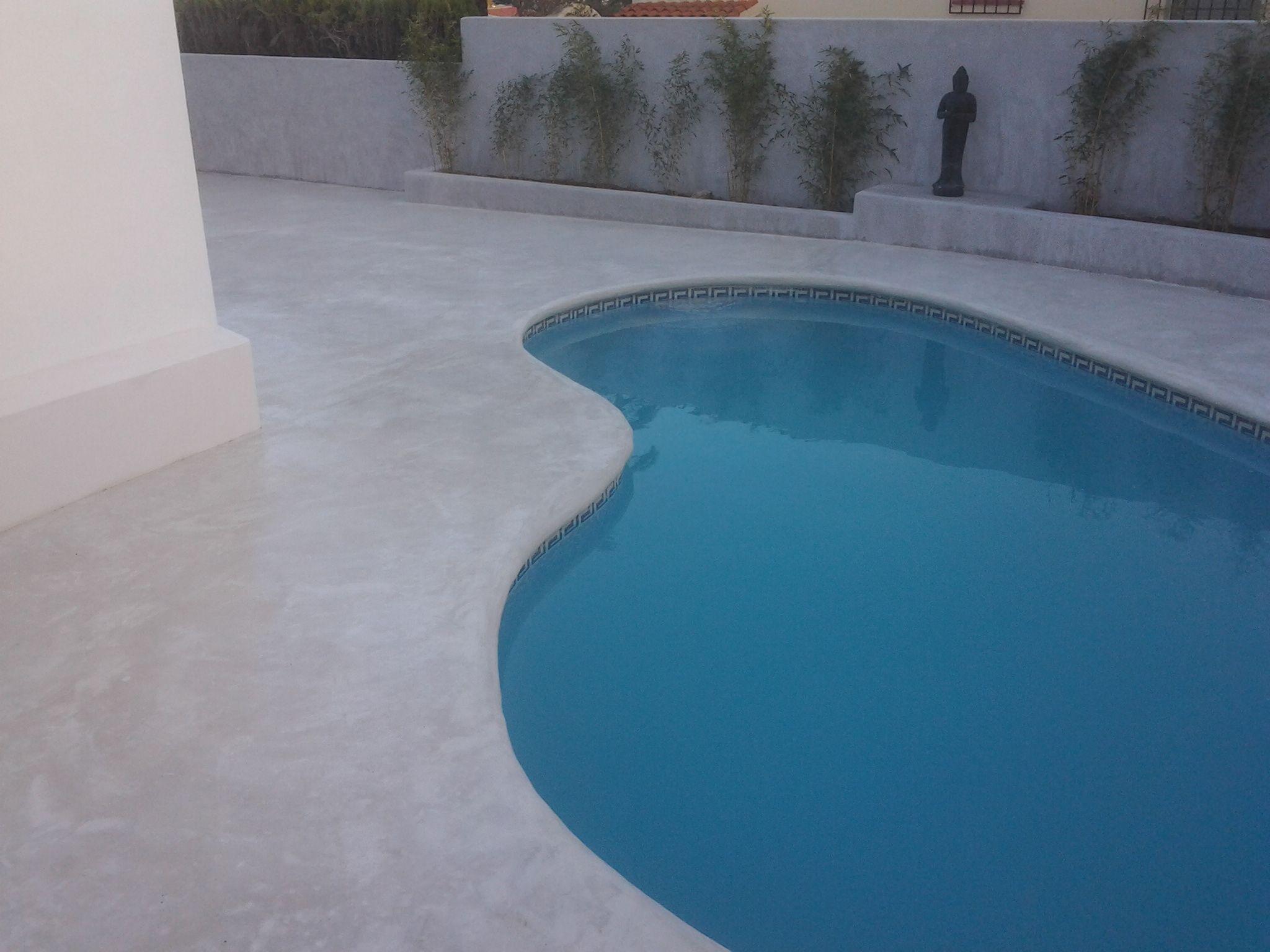 Pavimento continuo en blanco con coronaci n de piscina for Pavimentos para piscinas