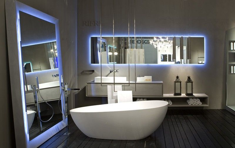 hoher freistehender Badspiegel im modernen Badezimmer von Rifra