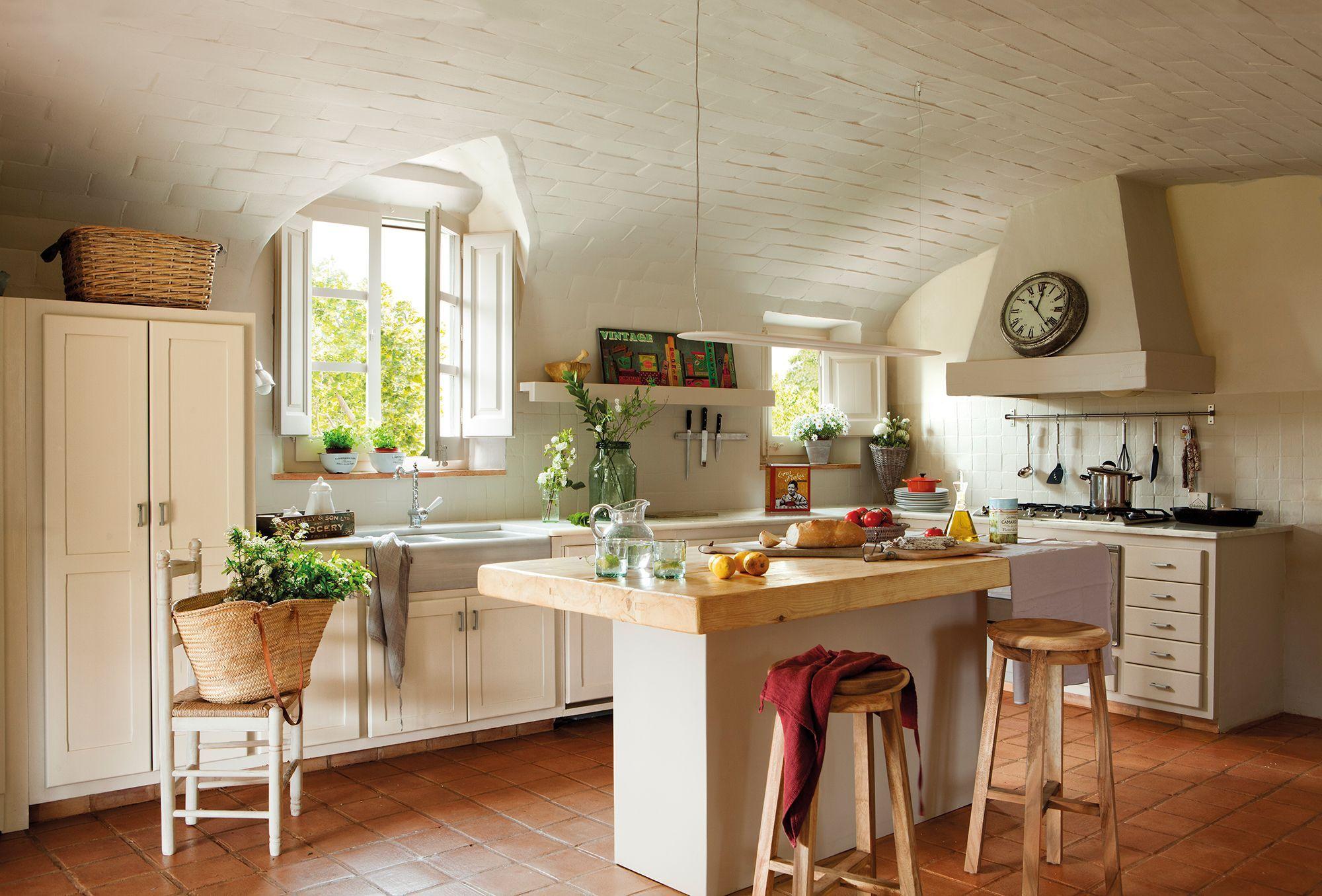 Cocina campestre con techo abovedado e isla central for Cocinas campestres pequenas