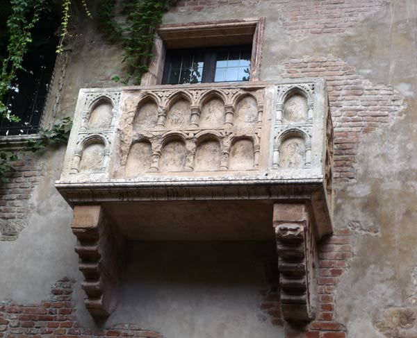 Juliet's Balcony in Verona, Italy. So beautiful.