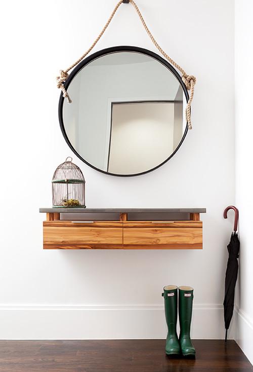 Recibidor espejo redondo colgado mediante una cuerda for Espejos redondos para decoracion