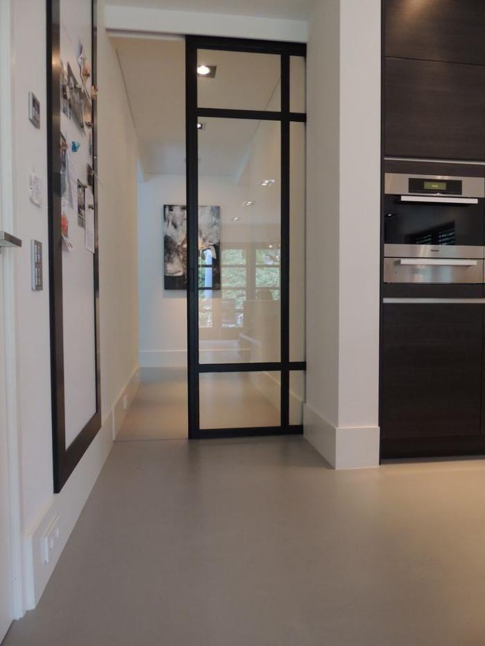 La Porte Coulissante En Verre Gain Despace Et Esthétique Moderne - Porte placard coulissante avec portes interieures vitrees modernes