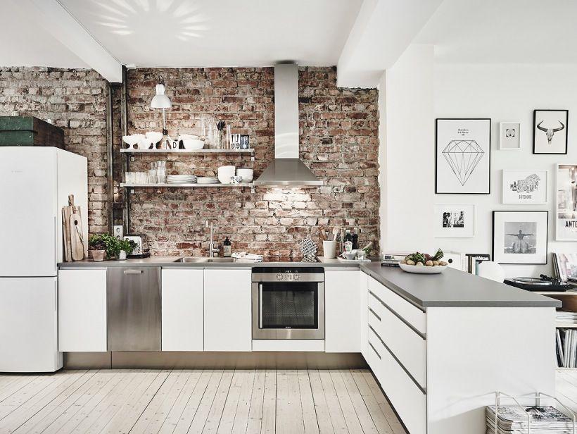 Czerwona Starzona Cegła Na ścianie W Otwartej Białej Kuchni
