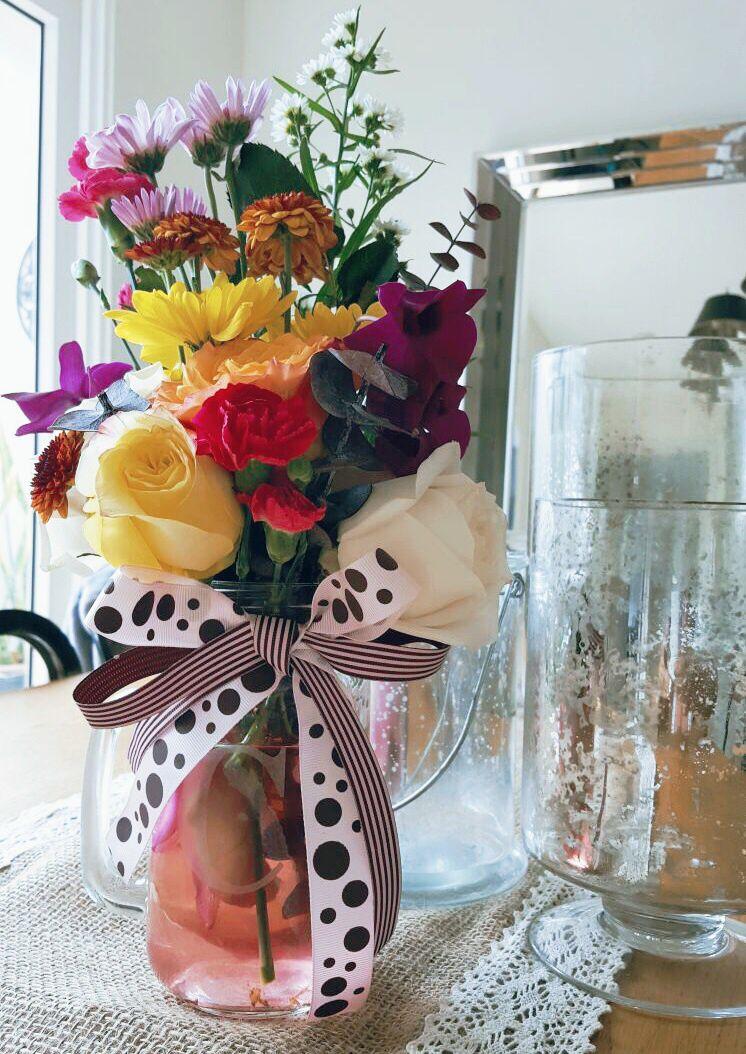 Hermoso y alegre arreglo de flores en jarra. Especial para dar calidez y alegría a cualquier espacio. Pedidos desde 6 a 12 unidades, visite nuestra página web www.somosbouquets.com o envíenos un email somosbouquets@email.com