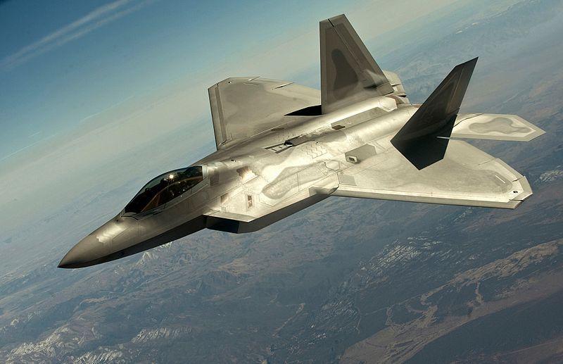 F-22 Raptor volando a velocidad supersónica. La invención del motor a reacción durante la Segunda Guerra Mundial revolucionó la aviación.