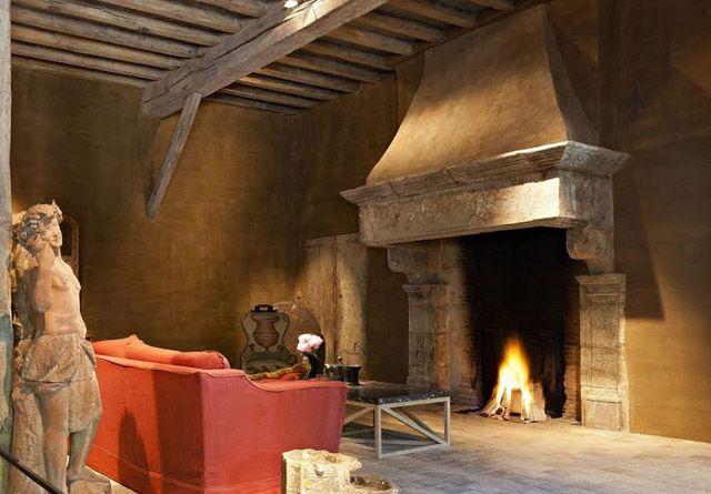 Salon se orial rustico con chimenea de piedra grande - Chimeneas con piedra ...