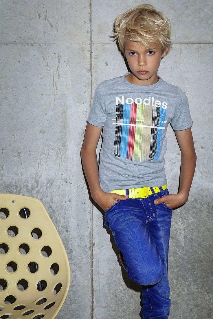 Coupe de cheveux pour les enfants pour une photo de garçon avec un motif