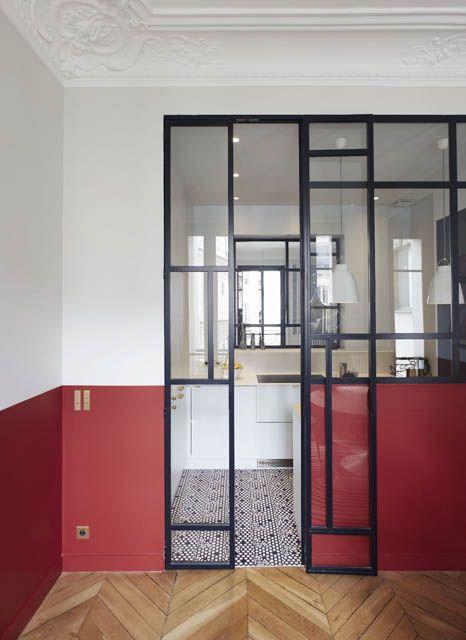 cucina divisa dalla da pranzo con una parete divisoria in vetro ...