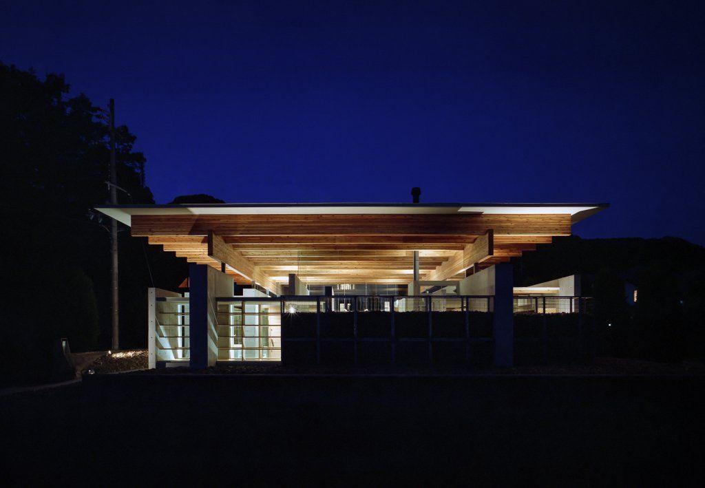 藤原・室 建築設計事務所が設計した、兵庫・神戸市の住宅「神戸北の平屋」です。 解放感のある大きな空間 …