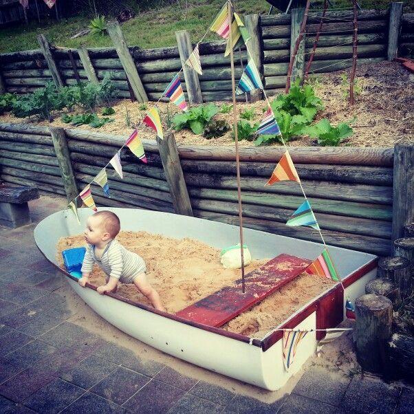 Unser Sandkastenboot. Das hat so viel Spaß gemacht und Ruben liebt es einfach.