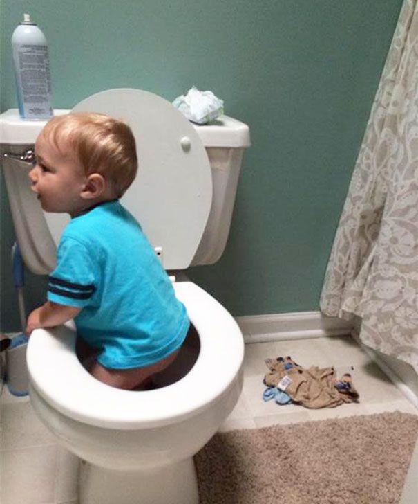 petit garçon dans les toilettes