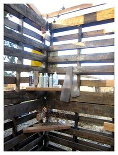Douche Extérieure Installée Dans Un Mur Du0027enceinte Construit Avec Des  Palettesu2026