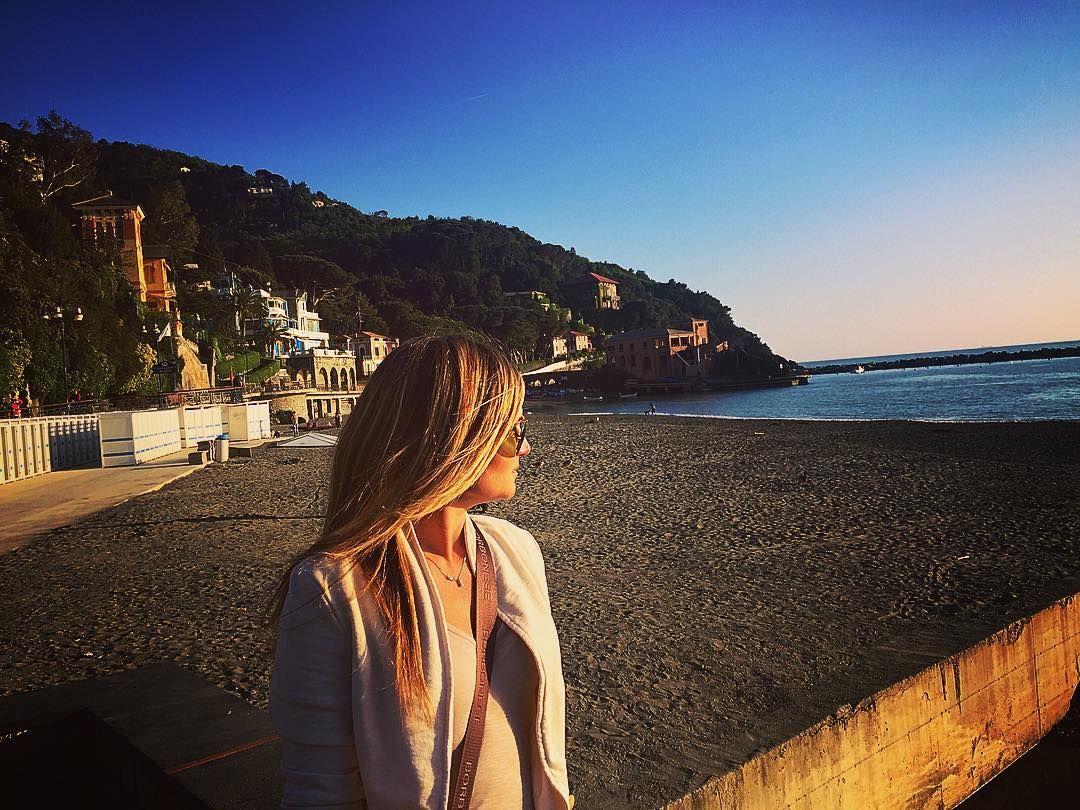 Non si può essere infelice quando si ha questo: lodore del mare la sabbia sotto le dita laria il vento. (Irène Némirovsky)  #Levanto mi accoglie con uno spettacolare tramonto sarà un #weekend di scoperte e relax di panorami mozzafiato di storia e tradizioni.  #VisitLevanto #Liguria #picoftheday #travelingram #travelwriter #travelphotography #bellitalia #5terre by sacrisimo