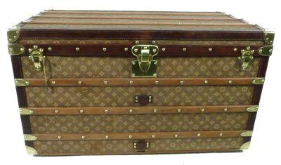 Malle Vuitton courrier  , toile tissé  , premiere  version du monogram  trunk restoration