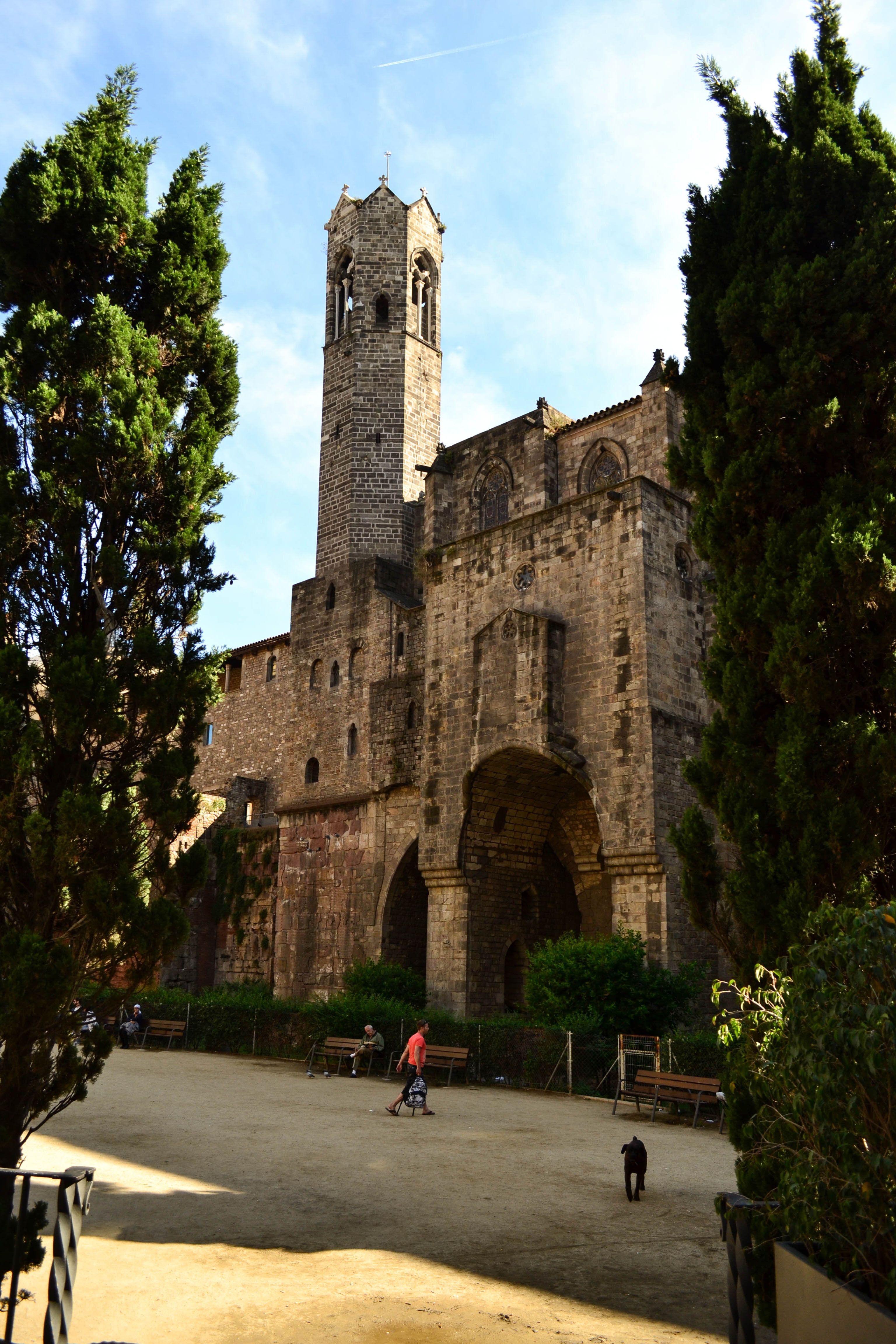 Barcelona. Ciudad increíble, se mezcla lo moderno con lo antiguo, todos los estilos se ven por esta ciudad que abre la cabeza al viajero.