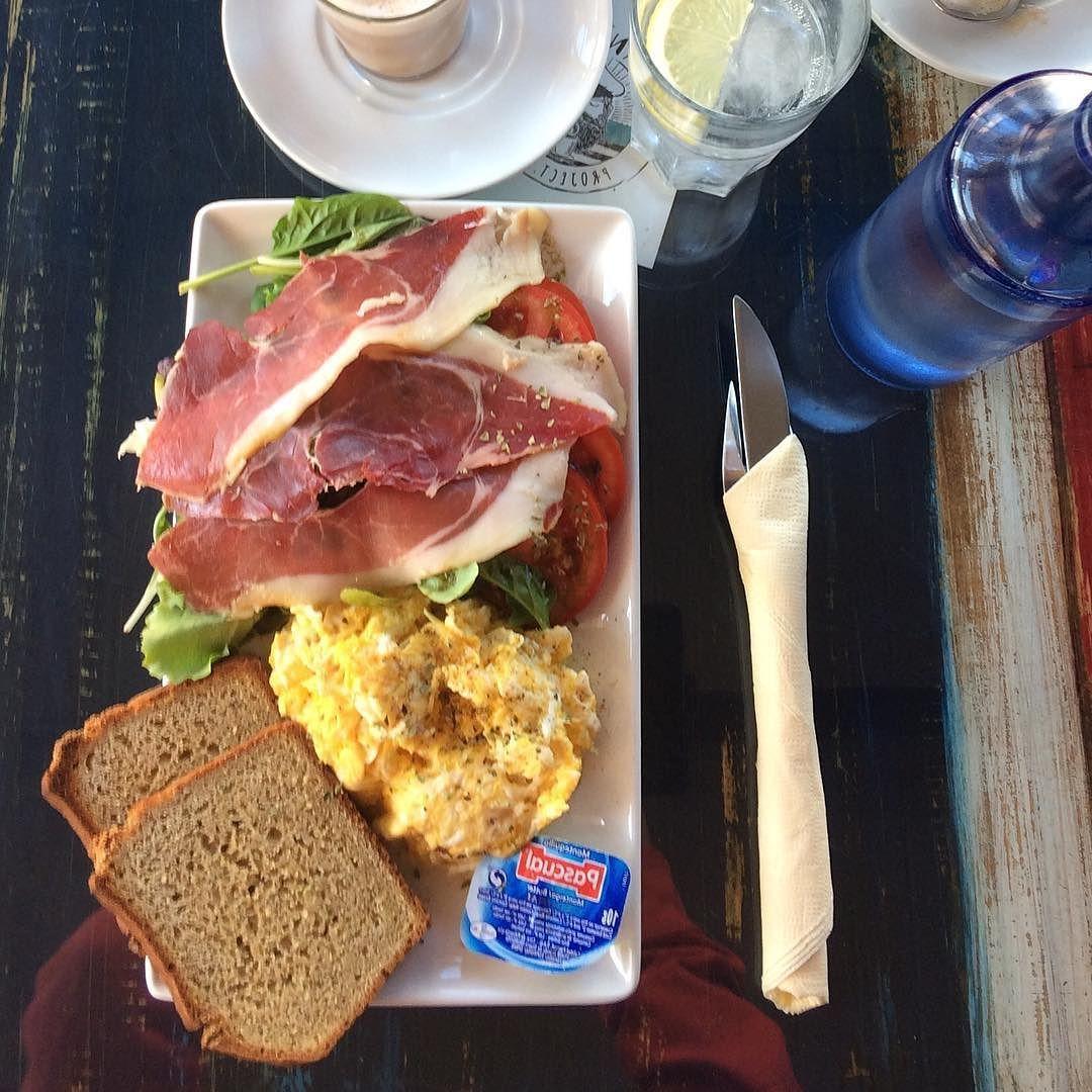 [food] Malagan kentältä auto alle ja suoraan Surlaan #brunssi'lle. #meidänjoulu . #fms_food #fmspad #fmskuvapäivassä #fmsphotoaday #fmsphotoadaydec  #nofilter