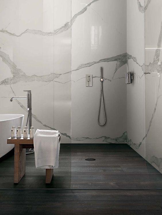 Carrelage de salle de bain aspect parquet noir et marbre blanc veiné
