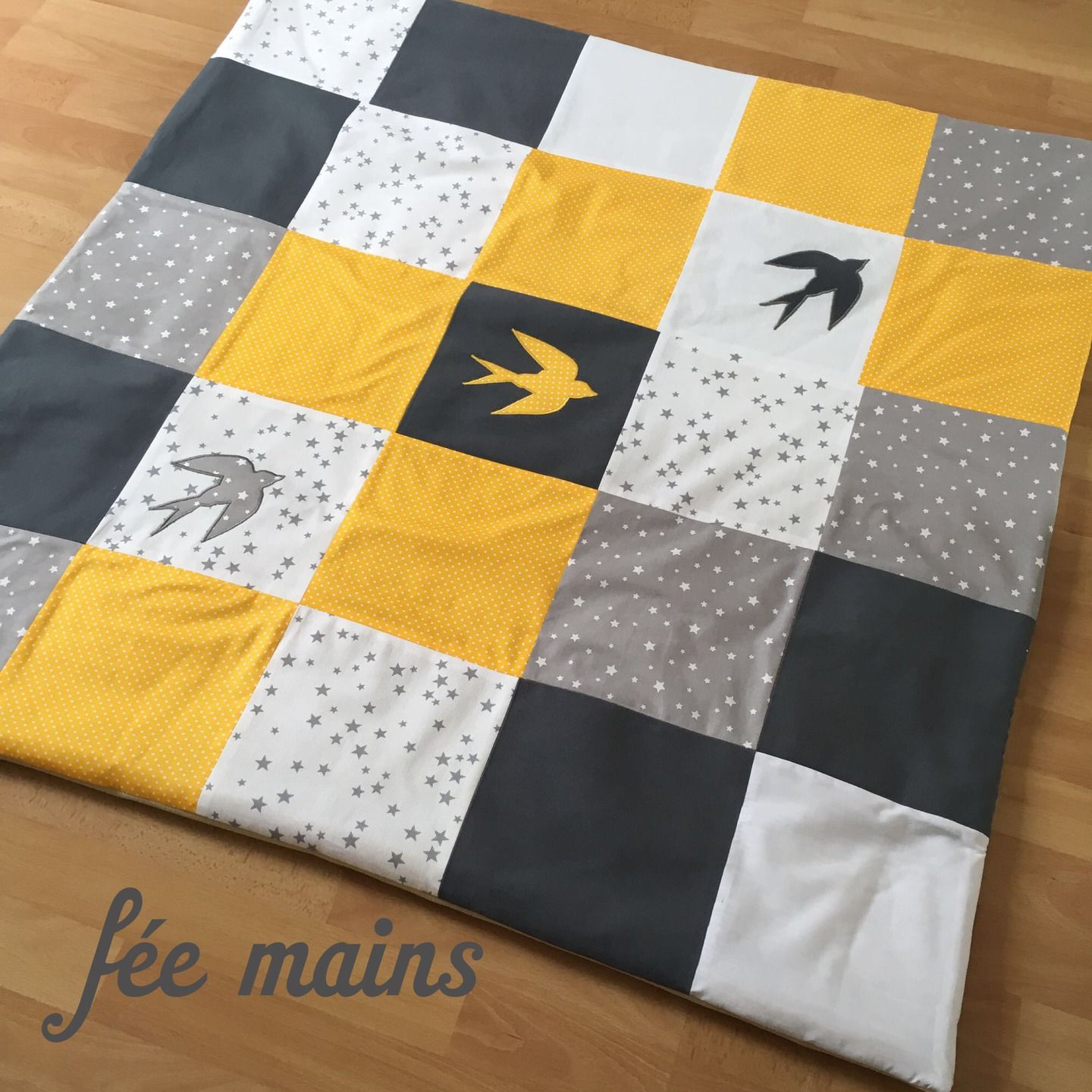 tapis de parc d 39 veil de jeu en patchwork jaune blanc gris avec hirondelle sur commande. Black Bedroom Furniture Sets. Home Design Ideas