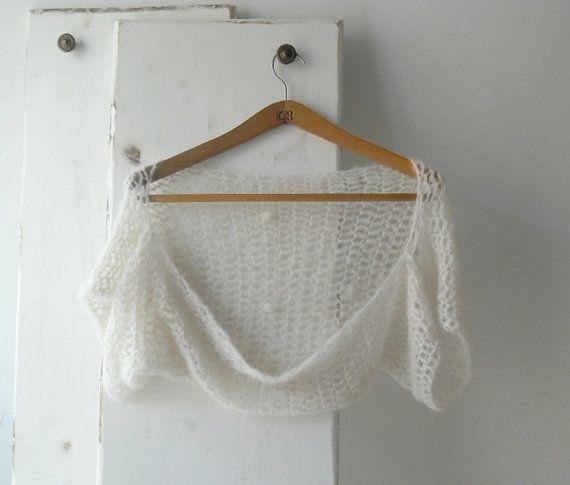 He encontrado este interesante anuncio de Etsy en https://www.etsy.com/es/listing/222094538/off-white-crochet-wedding-shrug-bolero
