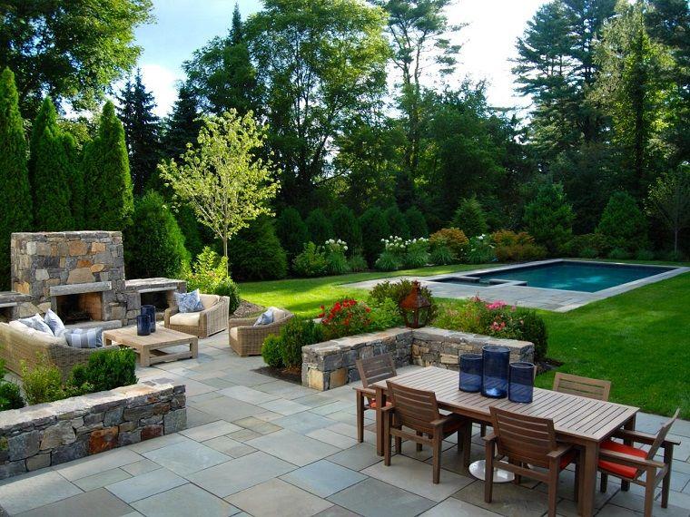 idee giardino prato verde con piscina e arredamento con