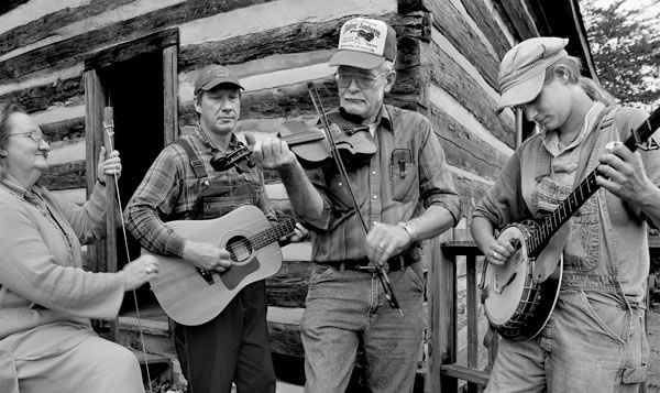 Hands in Harmony: Photographer Tim Barnwell '77 explores the world of traditional crafts and music in Appalachia