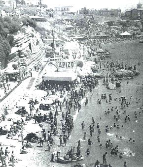 Η παραλία Βοτσαλάκια στον Πειραιά , το 1950. Γνωστή και ως παραλία του Παρασκευά , από το όνομα παρκείμενης ταβέρνας και μετέπειτα κοσμικού κέντρου των 50ς και 60ς.Σημειώσεις | Βουτιά στον χρόνο σε ένα σπάνιο photo album