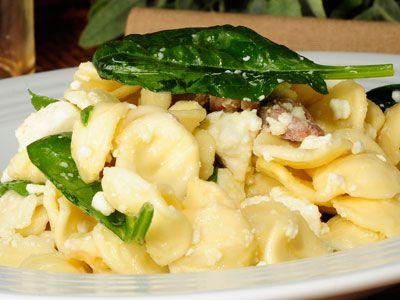 Ensalada de pasta con espinacas, anchoas y queso feta  www.canalcocina.es/receta/ensalada-de-pasta-con-espinacas-anchoas-y-queso-feta