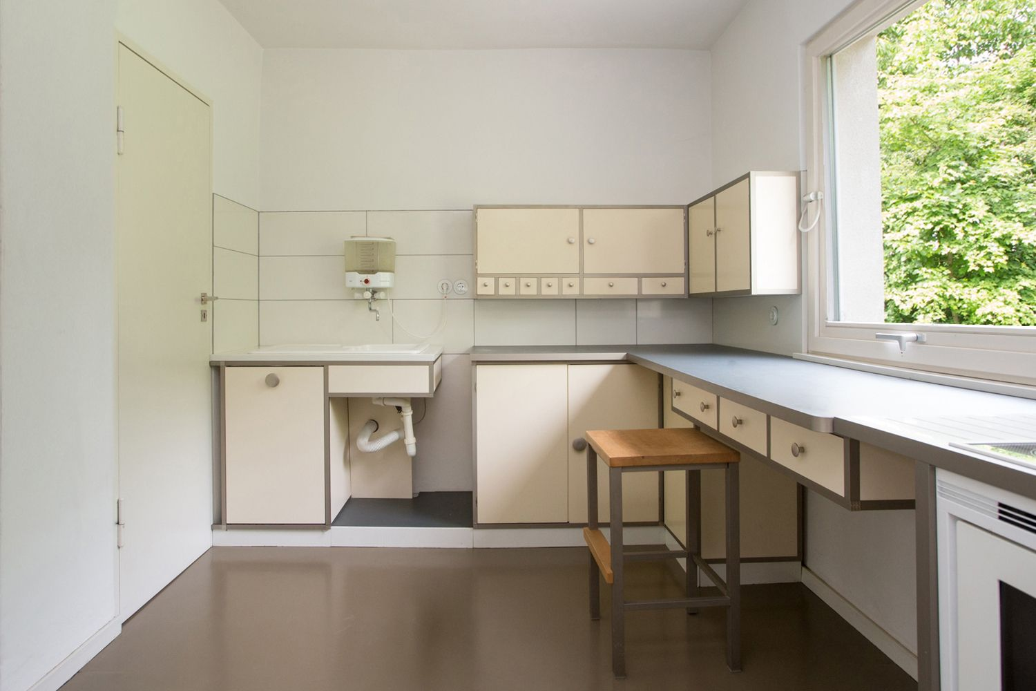 Bauhaus Küchenschrank Ever Wonder Why Today S Kitchens Look The Way They Do In 2019