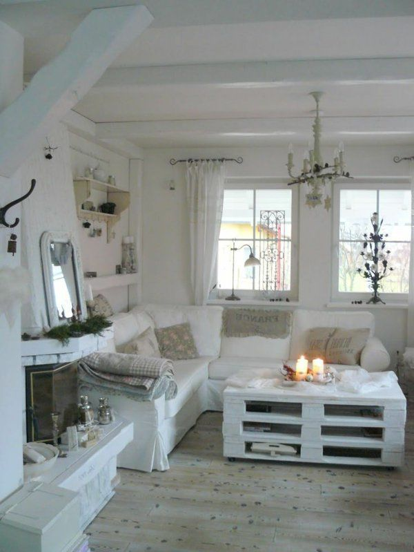 50 id es pour une table basse avec palette lustre baroque canap s blancs et int rieurs blancs. Black Bedroom Furniture Sets. Home Design Ideas