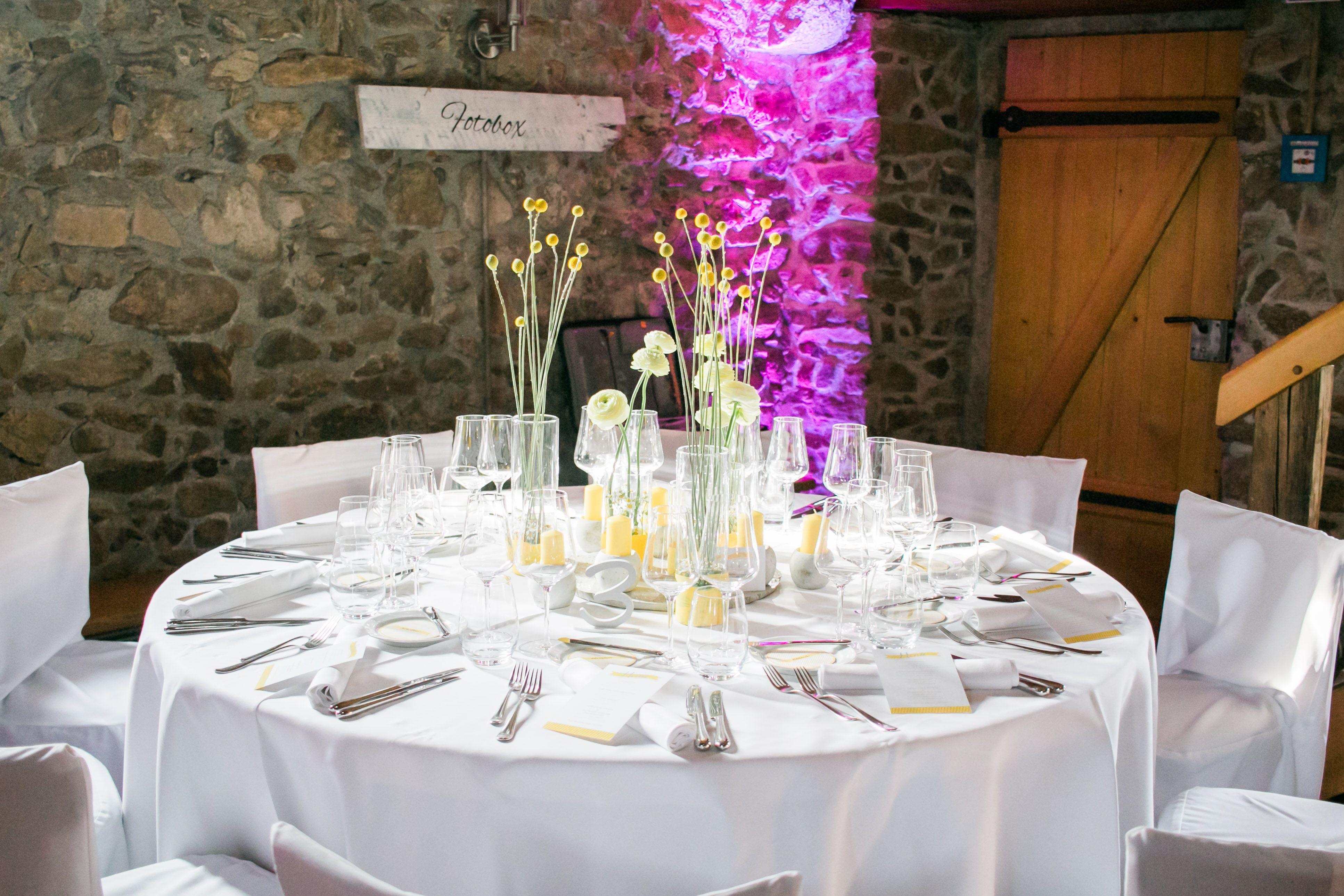 Konzept mit Gelb und Beton - Wedding Dinner Freiburg  Foto: www.fräulein-klick.com Umsetzung:@Hochzeitsfee Freiburg