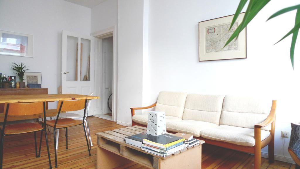 Schönes Wohnzimmer mit Couchtisch aus Paletten sowie schönem Parkettboden.  3-Zimmerwohnung in Berlin. #Tauschangebot #Wohnzimmer #livingroom #Berlin