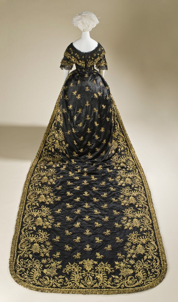 Court dress: dress and train, probably of Queen Maria II of Portugal (1819-1853), Portugal, in 1845, top: silk satin with metallic embroidery and silk, skirt and train: silk satin with metallic embroidery, photo: © 2010 Museum Associates / LACMA,