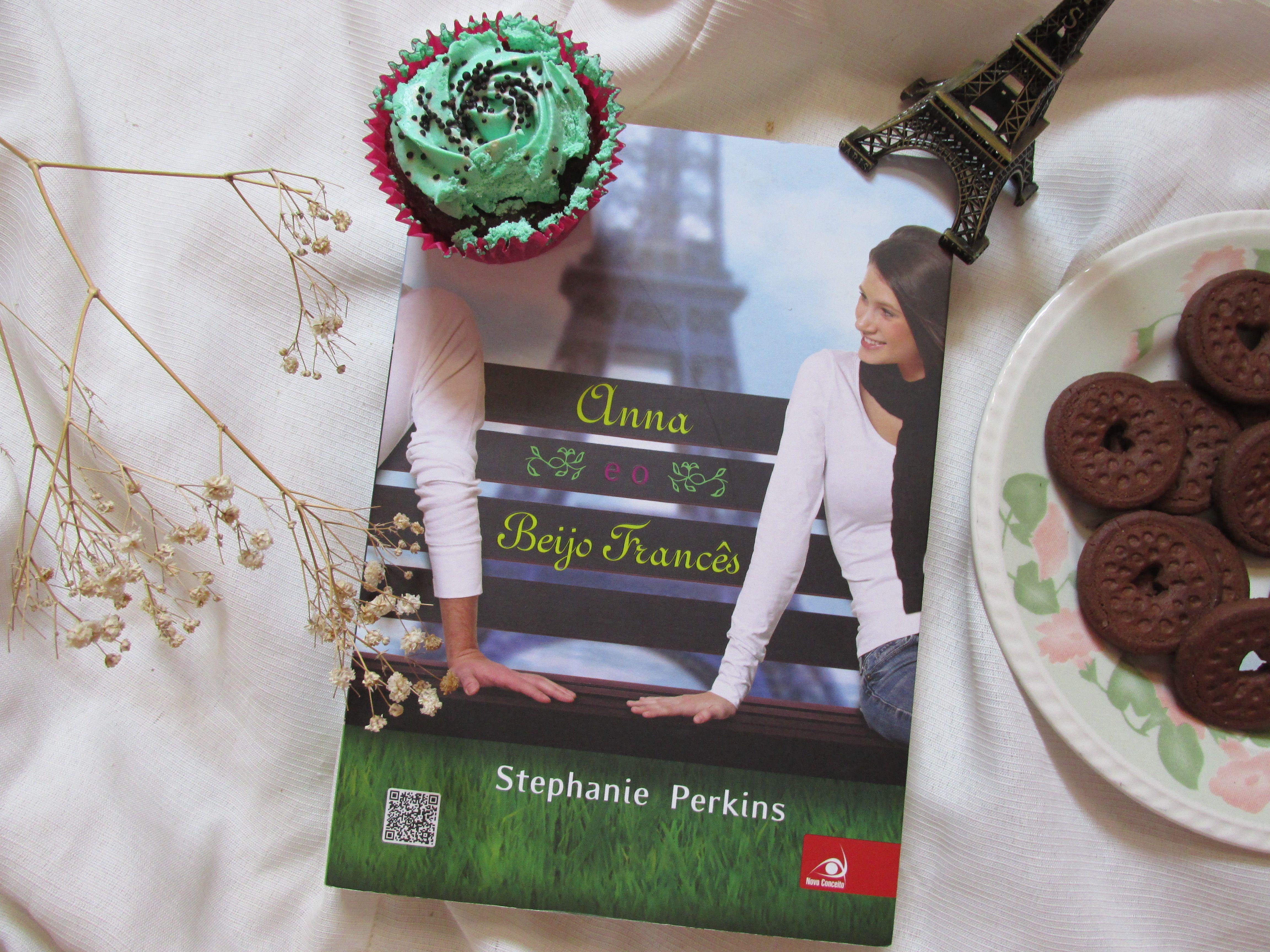 Anna e o beijo Francês (Stephanie Perkins) <3 Fiz uma resenha desse livro lá no blog, com várias fotos como essa :). https://corujasnaprateleira.wordpress.com/2015/11/14/anna-e-o-beijo-frances-stephanie-perkins/