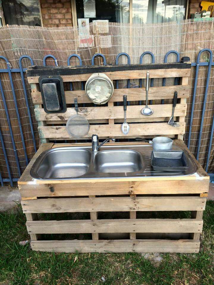 Mud kitchen made out of pallets playground pinterest for Kitchen ideas using pallets