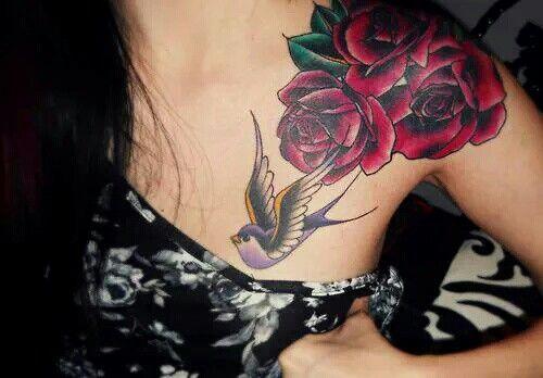 Tatuaje rosas y pájaro hombro mujer