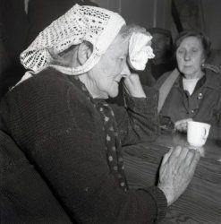Zeeland 1953, oude vrouw met zakdoek in opvang na watersnoodramp Collectie Stadsarchief Amsterdam  #Zeeland