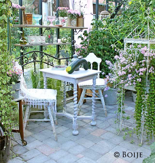 The Secret Garden: Växthuset och inredning ute...