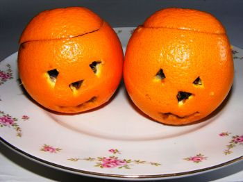 Orange jelly pumpkins - a Halloween craft you can eat! I love this idea - you could even put jelly worms in the jelly before it sets for a really gory treat!