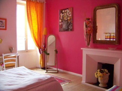 Habitaci n con una pared en color fucsia explosi n de for Decoracion para pared fucsia